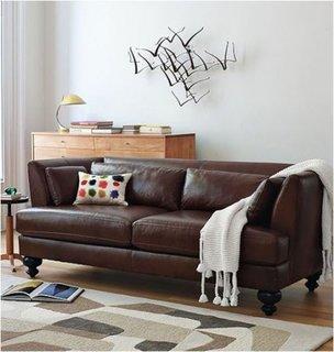 Canapea clasica din piele maro cu covor crem si maro