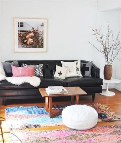 Canapea din piele maro asortata cu covor multicolor