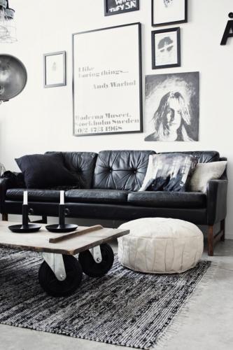 Canapea din piele neagra in living modern