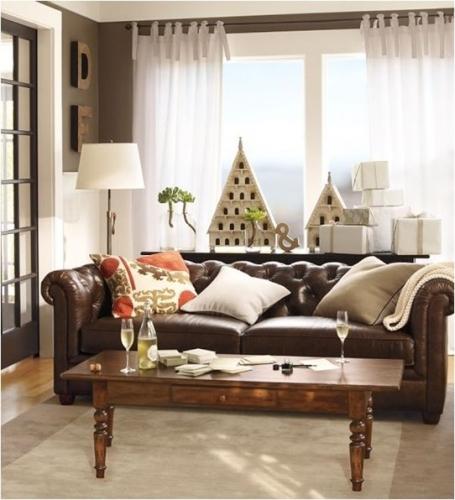 Living decorat clasic cu canapea de piele chesterfield