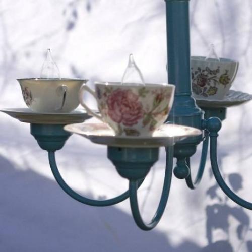 Candelabru realizat din cesti de ceai