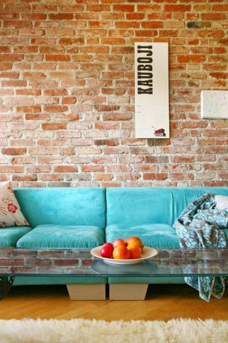 Catifea albastra si caramida decor pentru living