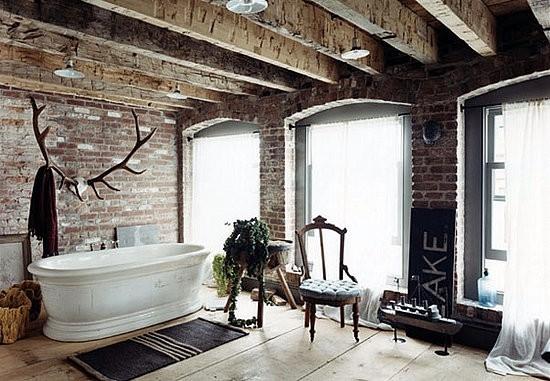 Grinzi de lemn si caramida amenajare baie moderna
