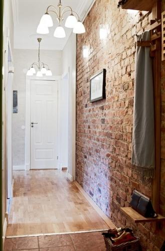 Hol de intrare in apartament cu perete cu caramida la vedere