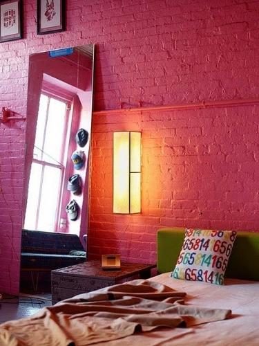 Perete din caramida roz in dormitor
