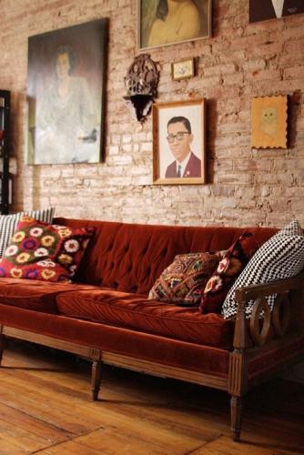 Stil retro pentru amenajare living cu canapea din catifea