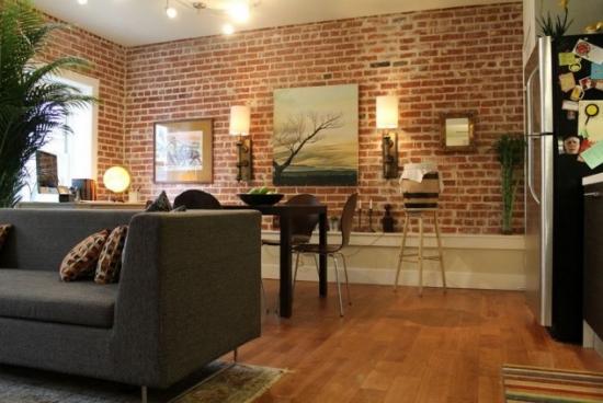 Living open space cu dining si perete de accent cu caramida
