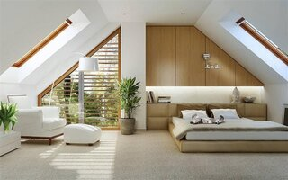 Exemplu de amenajare dormitor la mansarda cu ferestre mari