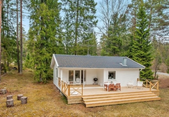 Casa mica din lemn fatada alba