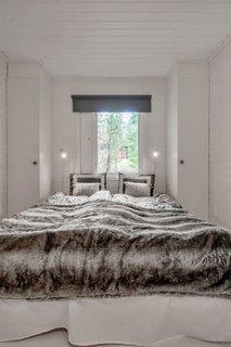 Dormitor ingust cu pat matrimonial