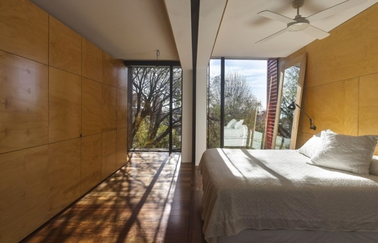Dormitor modern cu vedere spre gradina