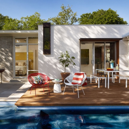 Terasa din lemn langa piscina