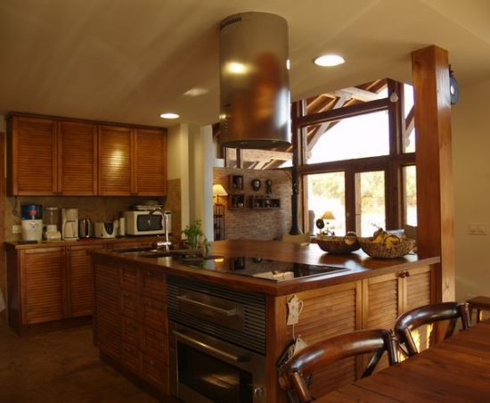 Bucatarie din lemn masiv in casa din lemn piatra si caramida