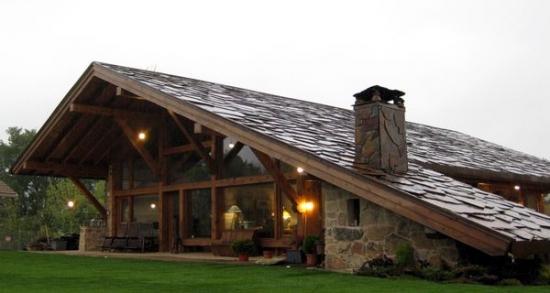 Casa cu acoperis ce pare de piatra