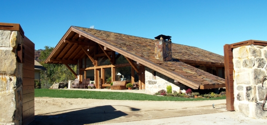 Casa cu acoperis lung pana la pamant