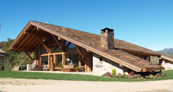 Casa rustica cu acoperis lung pana la pamant