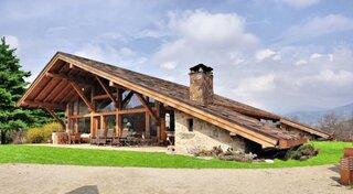 Fatada casa cu acoperis din lemn