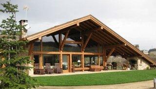 Gratar pe terasa casa din lemn si piatra