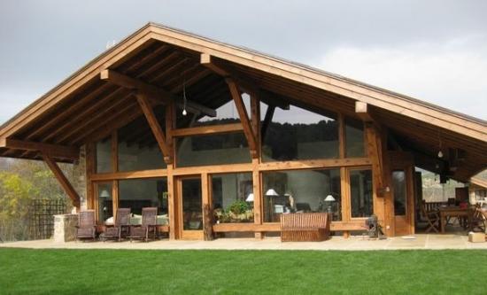 Terasa casa din lemn si piatra