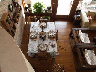 Vedere de sus living cu dining cu mobilier din lemn masiv