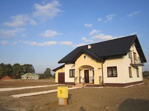 Casa cu garaj lateral la cheie
