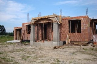 Constructie casa caramida intrare cu stalpi din beton