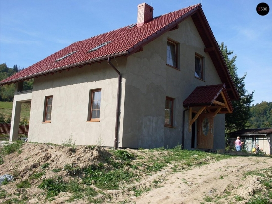Model de casa construita dupa proiect cu intrare acoperita