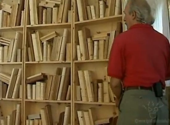 Biblioteca cu carti sculptate in lemn opera a lui Livio de Marchi