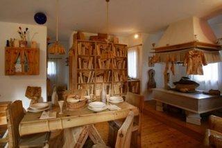Interiorul casei cu obiecte sculptate in lemn