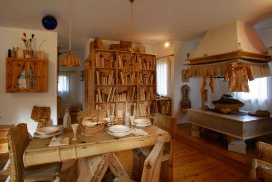 Masa biblioteca si soba sculptate in lemn masiv