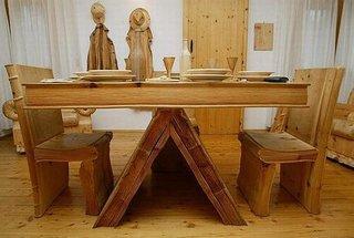 Masa din lemn cu vesela sculptata in lemn