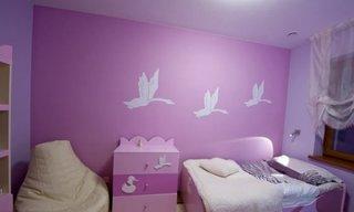 Dormitor amenajat cu roz