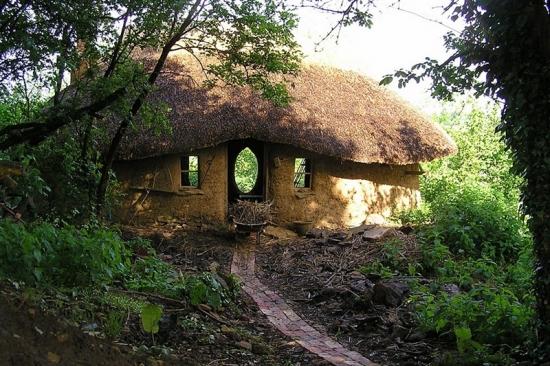 Casa din chirpici si acoperis din stuf