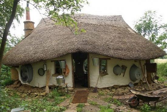 Un pensionar si-a construit singur casa cu doar 180 Euro