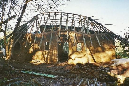Constructie casa din lemn si pamant