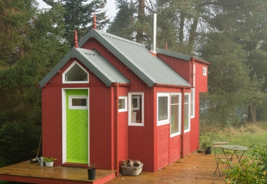 Casa mica din lemn vopsita in rosu