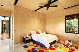 Dormitor de copii cu covor cu buline colorate