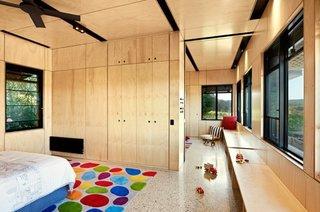 Interior amenajat modern cu peretii cu lambriu de mesteacan