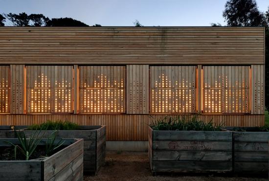 Vedere din fata casa placata cu lemn