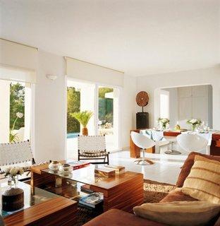 Living in stil mediteranean cu mobila din Bali si zugraveala alba