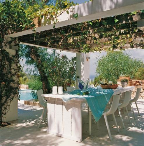 Pergola cu plante agatatoare amenajata pe terasa