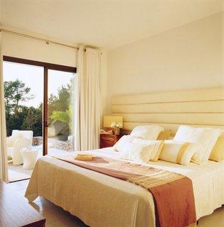 Varianta de design mediteranean pentru dormitor cu pat din lemn alb