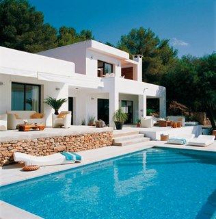 Vedere intrare principala cu piscina si terasa