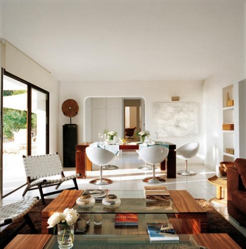 Zona de dinning cu masa din lemn masiv si scaune albe moderne