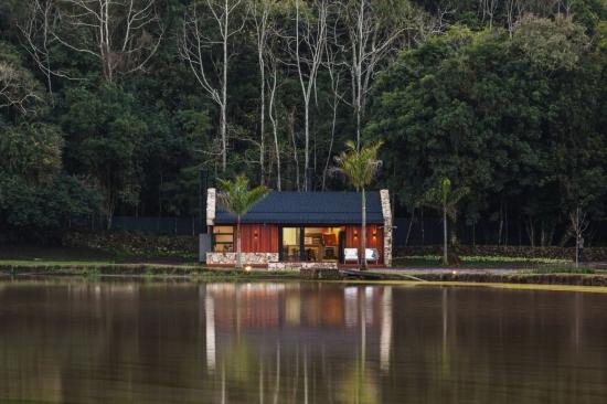 Casa pe malul lacului