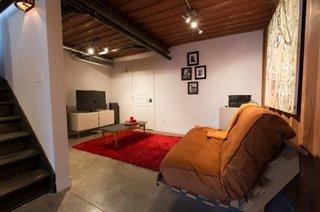 Camera relaxare cu televizor in casa construita din containere maritime