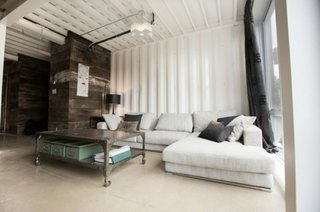 Living modern industrial in casa din containere