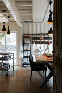 Loc pentru luat masa in bucatarie casa moderna din containere