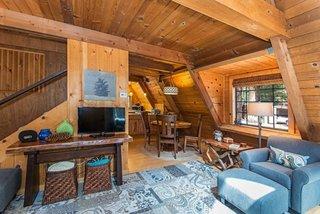 Casa cu peretii din lemn la interior