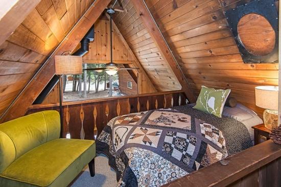 Dormitor in spatiu loft cu vedere catre balcon